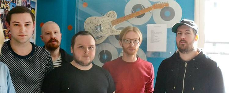 The Twilight Sad avec de gauche à droite : James Graham (chant), Andy MacFarlane (guitare), Mark Devine (batterie), Brendan Smith (claviers) et Johnny Doherty (basse).